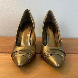 CARLOS | Gold Pumps